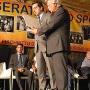 IL SINDACO DI CASCINA ALESSIO ANTONELLI PREMIA IL PRESIDENTE DEI PULCINI ROBERTO FIORENTINI